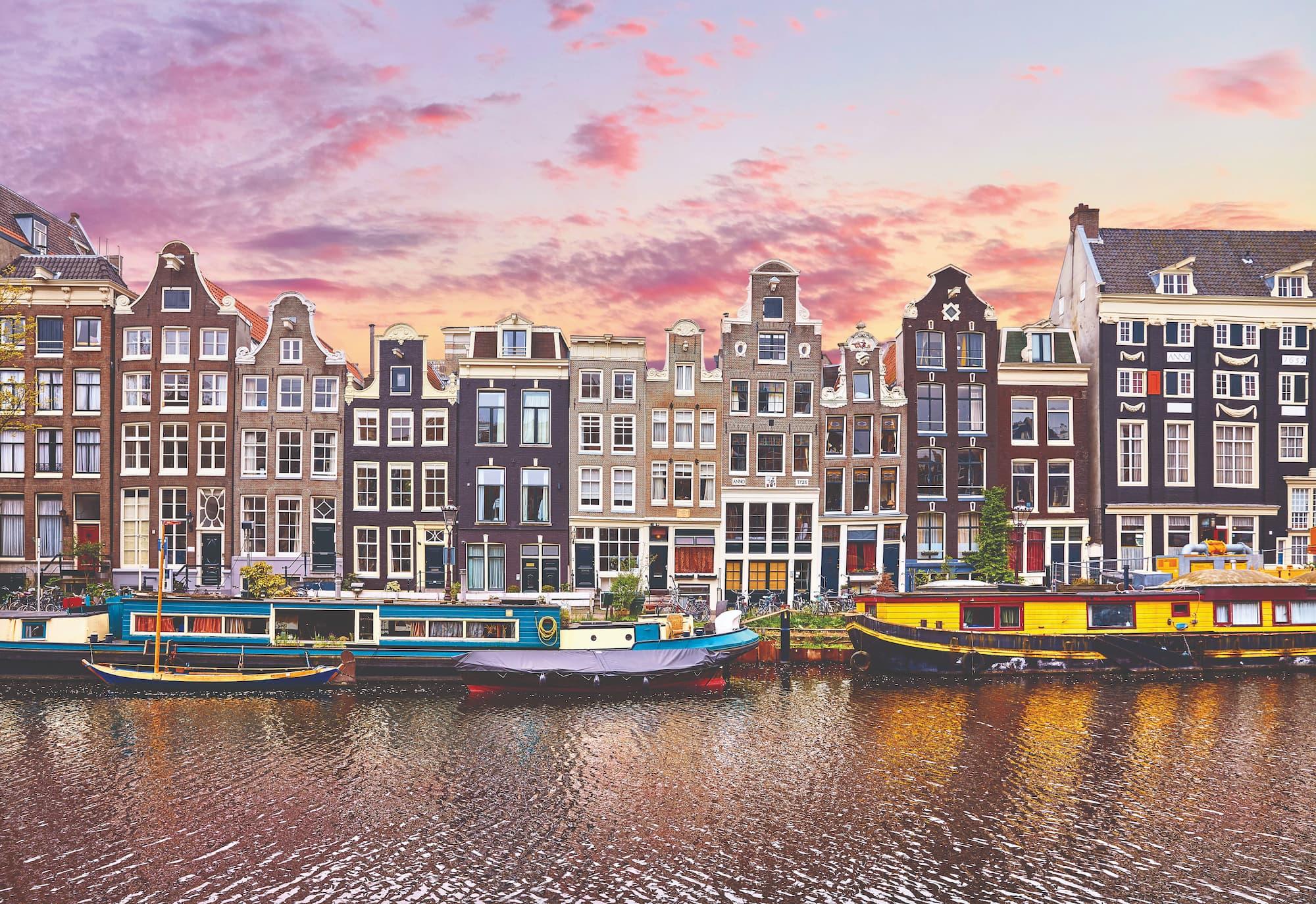 Amsterdã atrai com sua rica história e atmosfera romântica