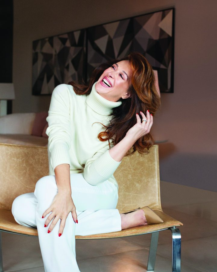 Claudia Raia sentada sorrindo
