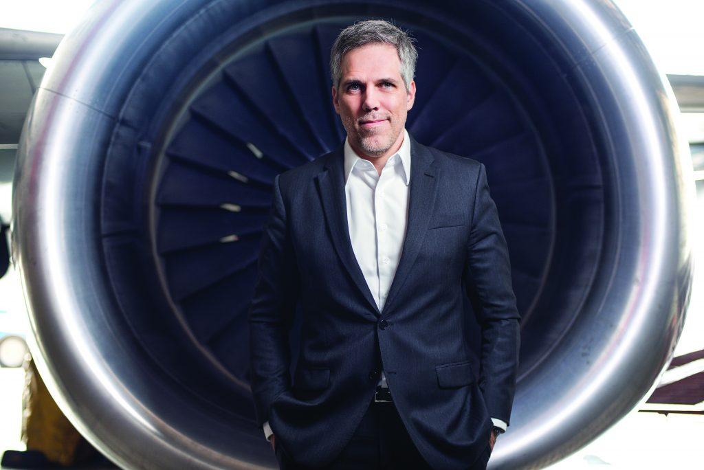 Paulo Kakinoff em frente a uma turbina de avião