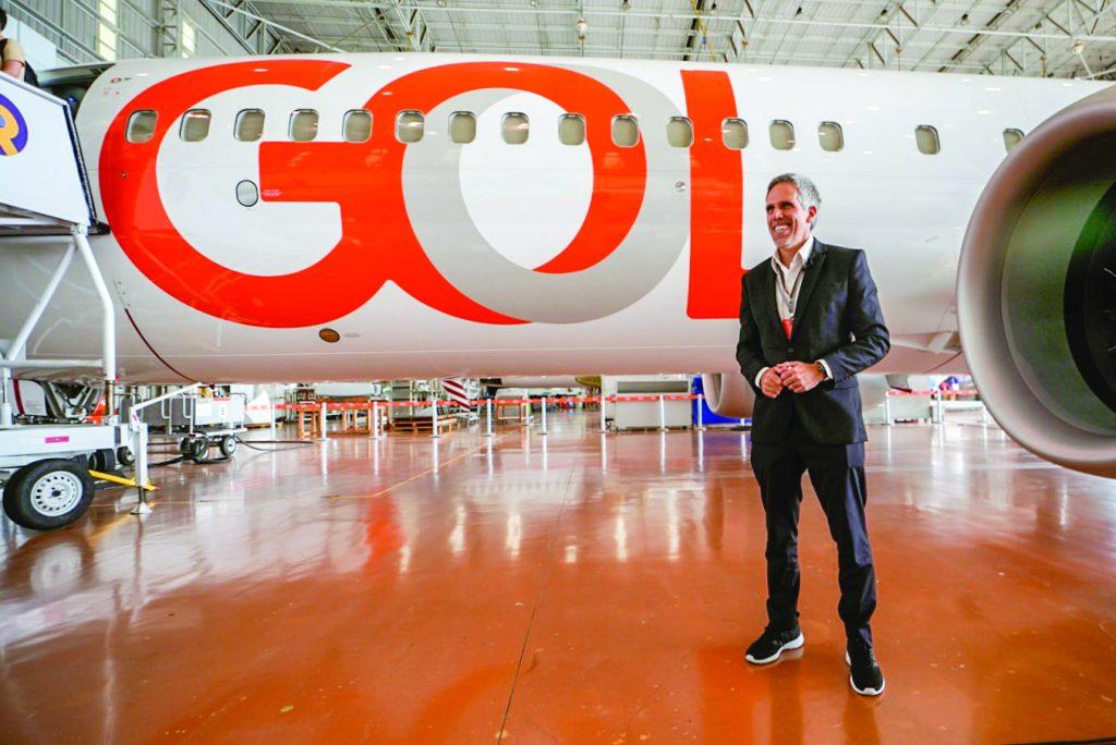 Paulo Kakinoff, presidente da companhia, em frente a uma aeronave da Gol