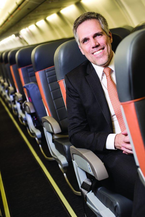 Paulo Kakinoff sentado na aeronave da Gol