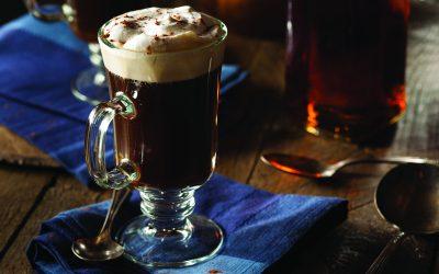 Surpreendentemente refrescantes, drinques à base de cafés e chás fazem sucesso inclusive no verão
