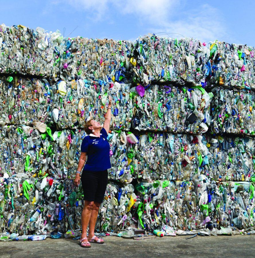 Coleta de lixo promovida pela família Schurmann na ilha deserta West Fayu, na Micronésia, na Oceania - Foto divulgação - Pedro Nakano