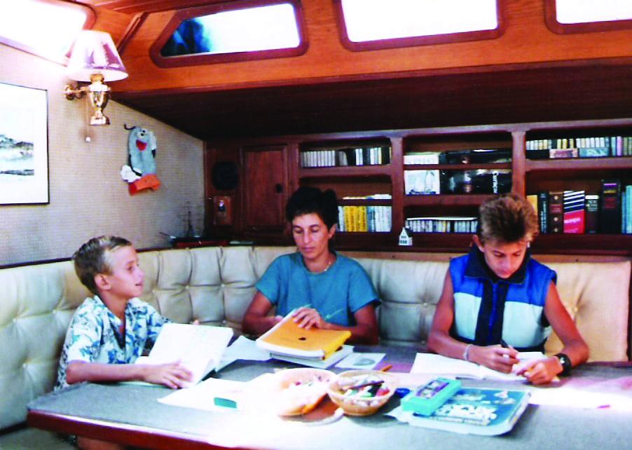 Wilhelm, Heloisa e David Schurmann em um dos momentos de aula a bordo - Foto divulgação -Luciano Candisani)