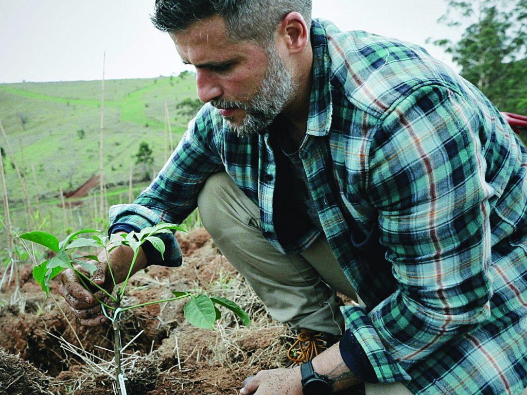 Bruno plantando uma muda em seu rancho, na região serrana do Rio de Janeiro - Foto divulgação