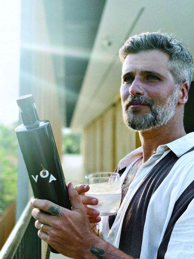 O ator com a vodca orgânica Voa, da qual é sócio - Foto Thiago Jenne