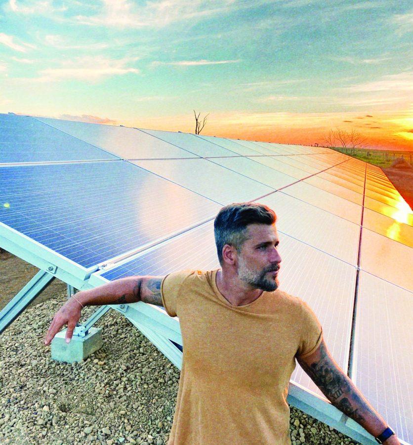 Bruno Gagliasso com os painéis de energia solar em seu rancho - Foto Thiago Jenne