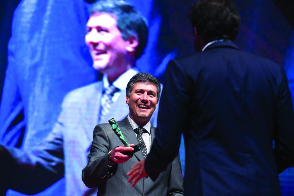 Marcelo Salles Gomes premiando profissionais da comunicação com o troféu Caboré. - Foto Divulgação
