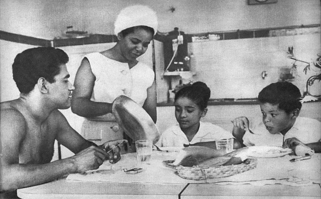 Família de Elza e Mané Garrincha em casa, na Ilha do Governador, em 1963 - FOTO JOSÉ CARLOS VIEIRA | EM/D.A.PRESS | DIVULGAÇÃO LEYA