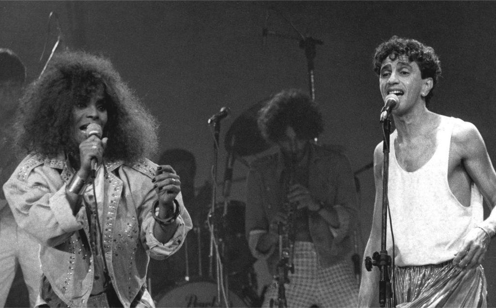 Elza Soares em show com Caetano Veloso, em 1986 - FOTO ARQUIVO | AGÊNCIA | DIVULGAÇÃO LEYA