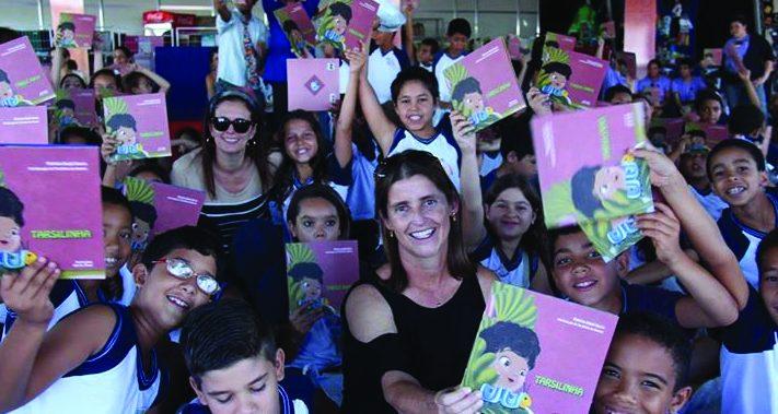Tarsilinha, sobrinha-neta da artista, entrega livros de arte em escolas - Foto: Divulgação