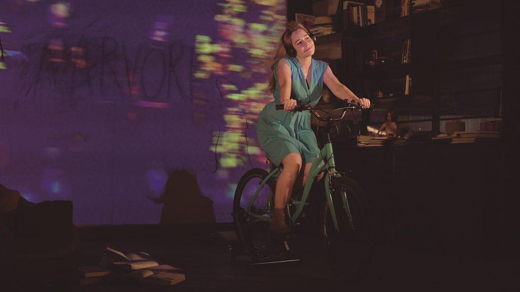 """A atriz em """"A Árvore"""", projeto híbrido de teatro e cinema - Foto: Divulgação"""