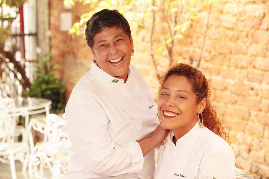 A cozinheira com sua filha, a também chef Bianca Barbosa - Foto: Berg Silva