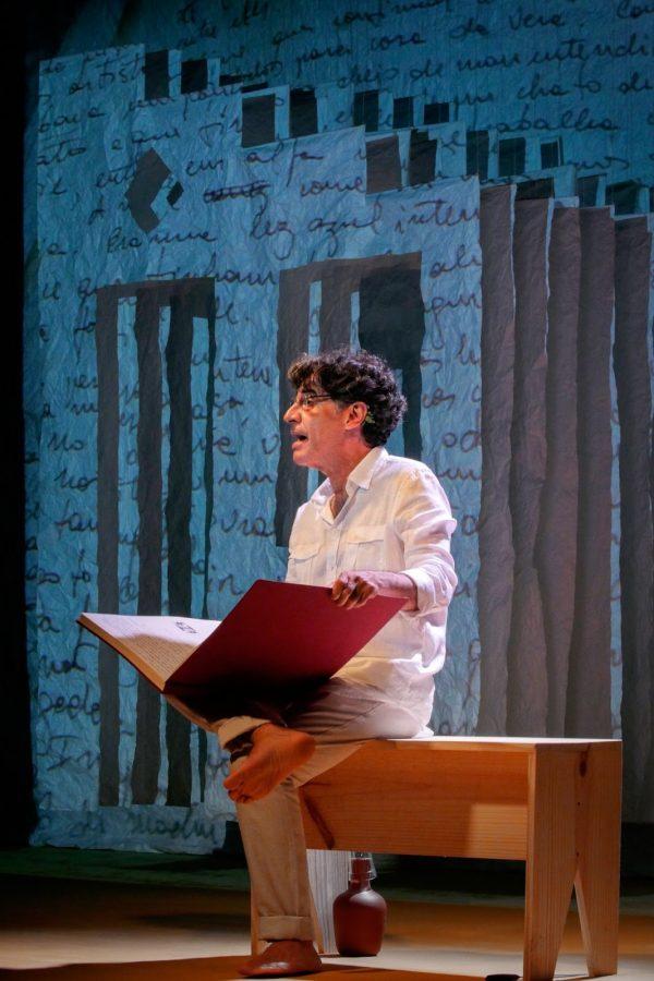 """O ator na peça """"Biografia Autorizada"""" - Foto: Divulgação"""