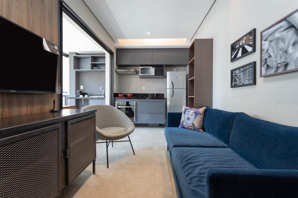 Apartamento do Charlie, com sala e cozinha equipadas, em São Paulo - Foto: Divulgação