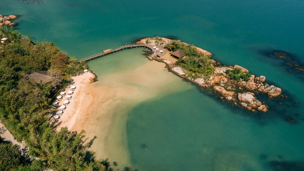 Visão aérea da praia privativa e da ilhota do hotel, onde acontecem jantares românticos. - Foto: Divulgação