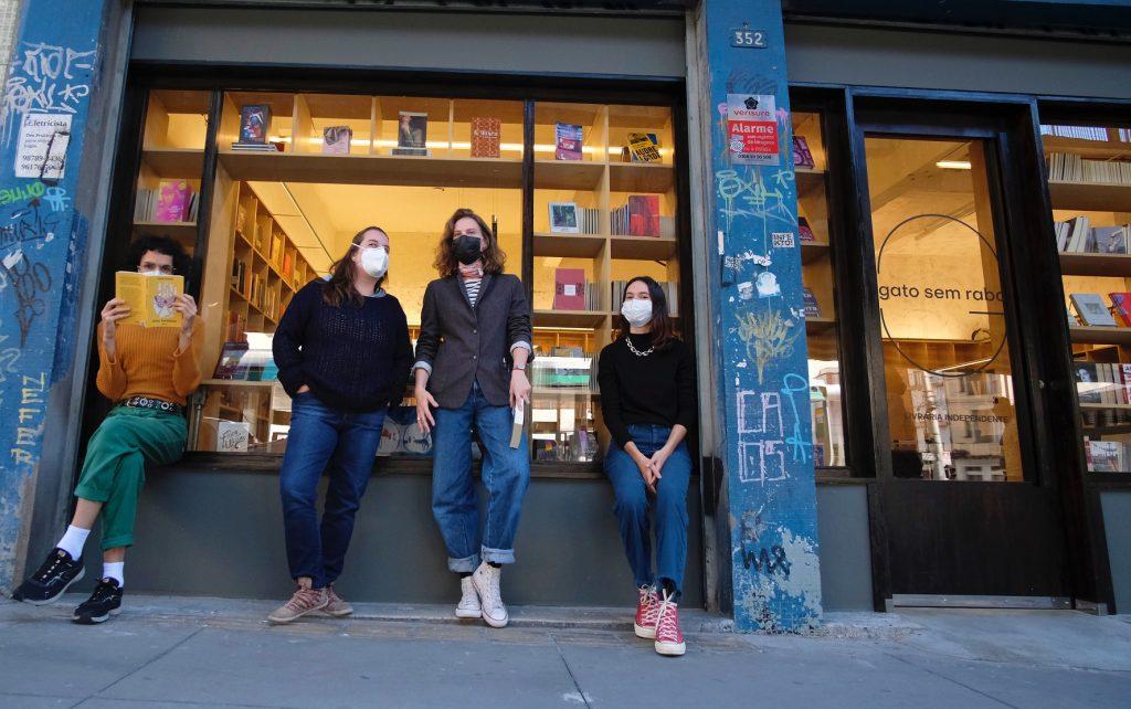 No centro da foto a idealizadora do projeto, Johanna Stein, e livreiras da Gato Sem Rabo - Foto: Beatriz Alves