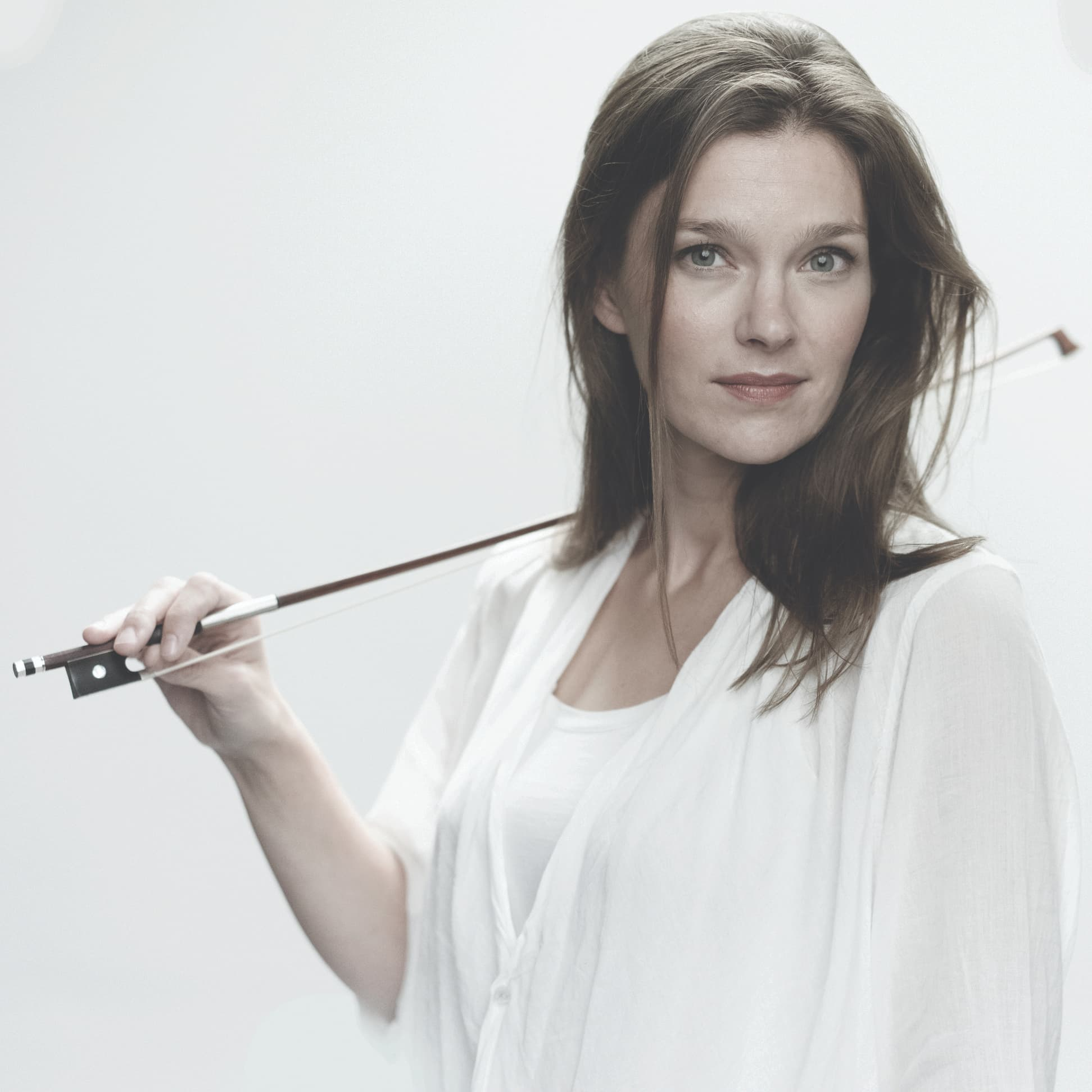 Violinista holandesa Janine Jansen se apresenta pela primeira vez no Brasil
