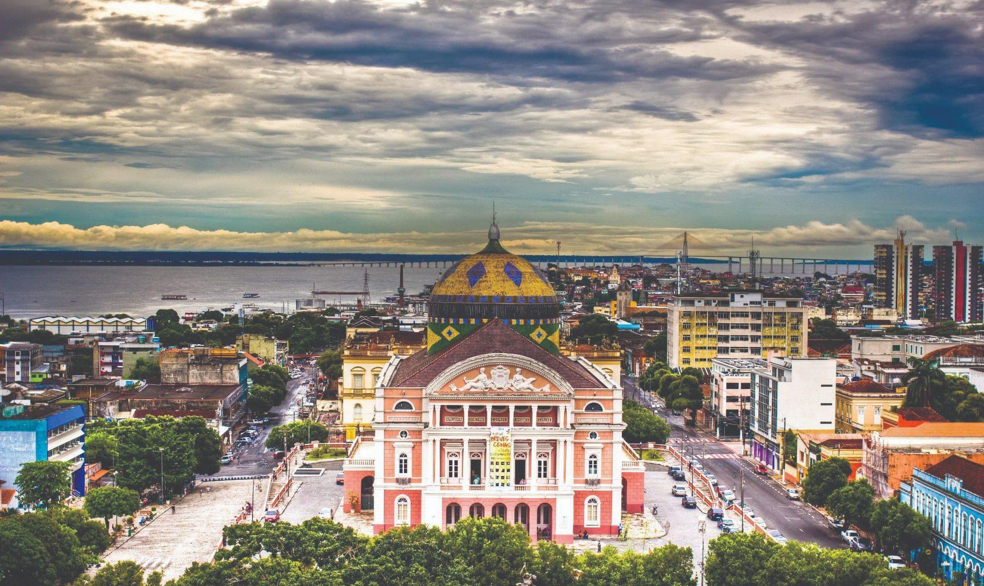 Rodeada pela floresta amazônica e um mar de água doce, Manaus é o ponto de partida para aventuras selvagens