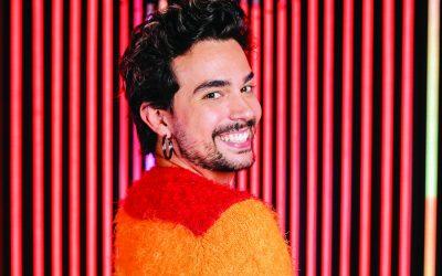 """À frente do canal """"Deboche Astral"""", Vitor diCastro produz vídeos com muito humor"""