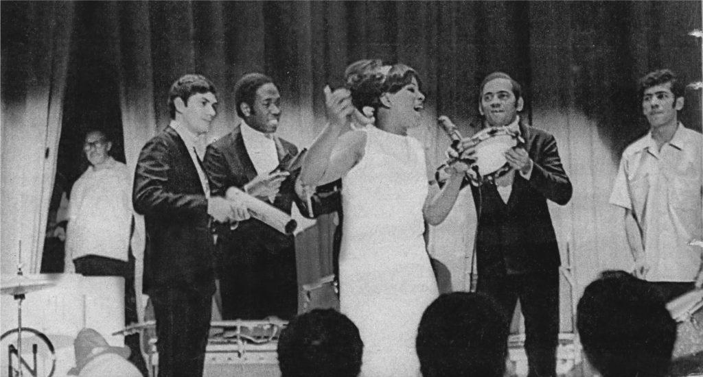 A cantora se apresenta em Nova York, em 1968. - FOTO PAULO LORGUS | EM/D.A. PRESS | DIVULGAÇÃO LEYA