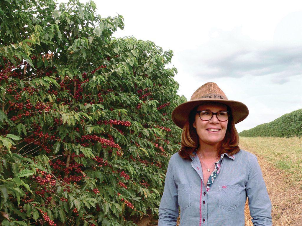 Fernanda Raucci na plantação de café em sua Fazenda Terra Preta - Foto: Divulgação