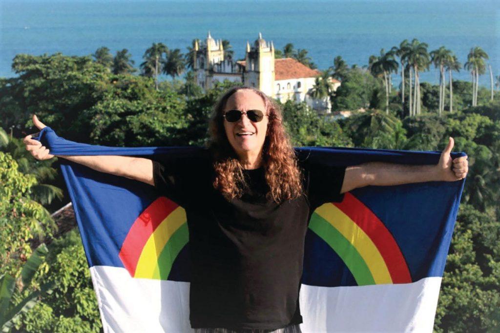 Alceu Valença com a bandeira de Pernambuco - Foto: Divulgação